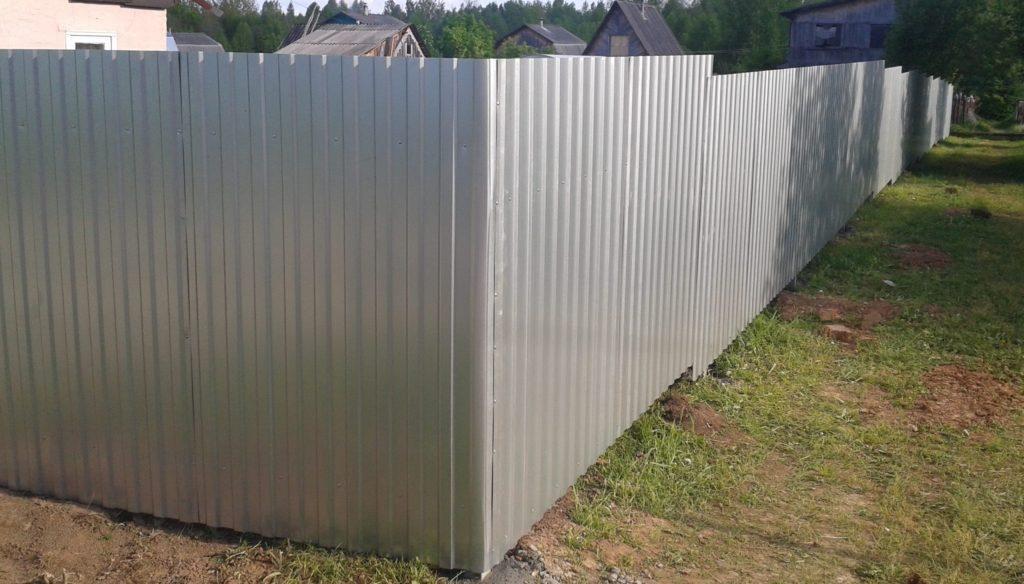 Серый забор из профнастила в Тюмени