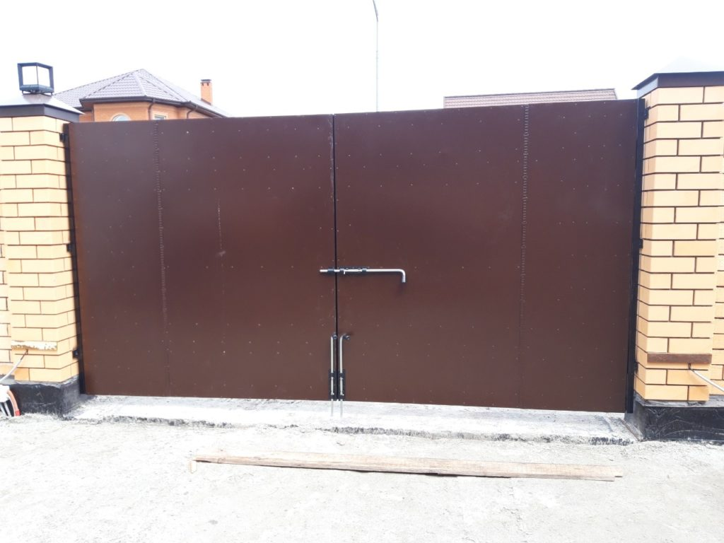 Ворота в Тюмени, коричневые